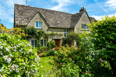 Photo pour Lovely old cotswold stone house in Witney,Oxfordshire, England, UK - image libre de droit