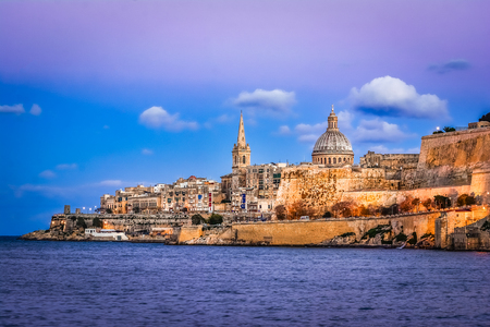 Photo pour Marsamxett Harbour and Valletta, Malta: Scenic view over the water at sunset - image libre de droit