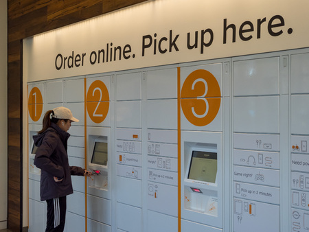 Photo pour BERKELEY, CA - MARCH 17, 2018: A woman picks up her package from Amazon Locker inside the Amazon Store at the University of California, Berkeley's student union. - image libre de droit