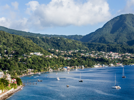 Photo pour Blue Water and Green Hills of Dominica in the Caribbean - image libre de droit