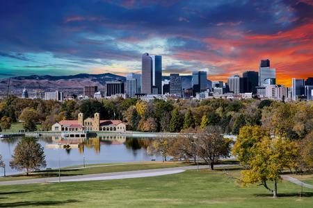 Photo pour Denver skyline across city park in autumn - image libre de droit