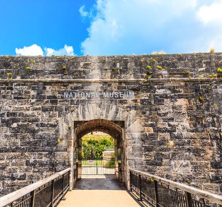 Foto de Bermuda National Museum through Stone Arch - Imagen libre de derechos
