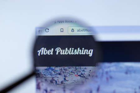 Foto de Moscow, Russia - 1 June 2020: Abet Publishing website with logo , Illustrative Editorial. - Imagen libre de derechos