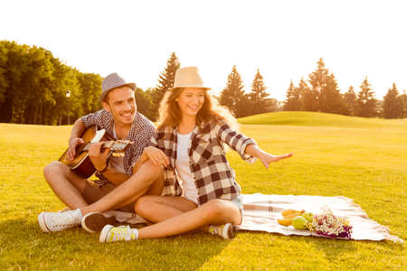 Photo pour happy couple in love at a picnic - image libre de droit