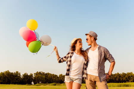 Photo pour couple in love walking with balloons - image libre de droit