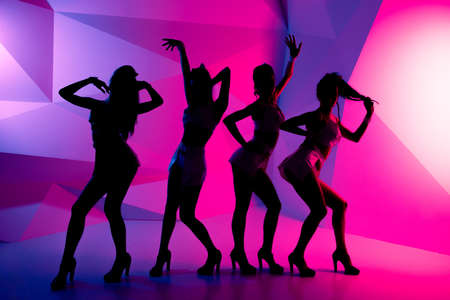 Photo pour silhouettes of dancing girls - image libre de droit