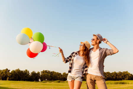 Foto de couple in love walking with balloons - Imagen libre de derechos