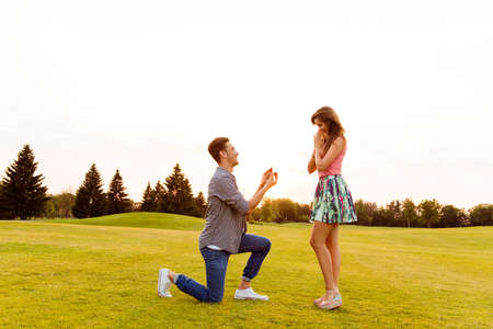 Foto de young man makes a proposal of betrothal to his girlfriend - Imagen libre de derechos