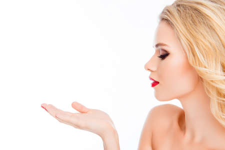 Foto de Pretty blonde woman with red lips sending air kiss - Imagen libre de derechos