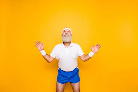 Foto de Active modern cool competetive pensioner, leader, champion with open arms. Bodycare, healthcare, weight loss, pride, strength, leadership, motivation, happiness, authority, gym lifestyle - Imagen libre de derechos