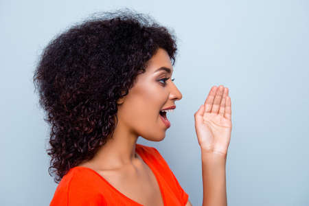 Foto de Hey you! Portrait of pretty responsible woman with modern hairdo holding palm near wide open mouth calling someone yelling information announcement loudly isolated on grey background - Imagen libre de derechos