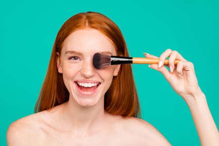 Foto de Close-up portrait of cheerful ecstatic nude red-haired girl with - Imagen libre de derechos