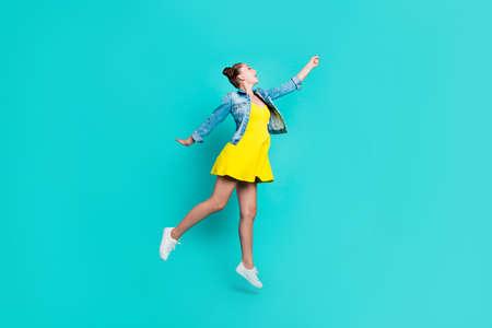 Foto de Portrait of girl posing with blue background. - Imagen libre de derechos