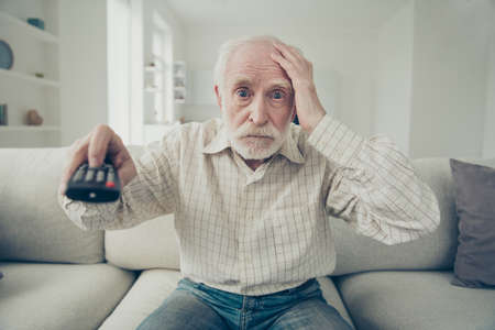 Foto de portrait of grey haired old man - Imagen libre de derechos