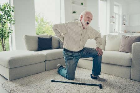 Photo pour portrait of grey haired old man - image libre de droit