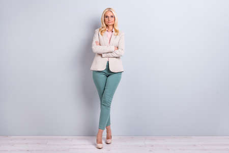 Foto de Full length body size view portrait of her she nice-looking attractive pretty charming stylish content gray-haired lady executive manager folded arms crossed legs over light white gray background - Imagen libre de derechos