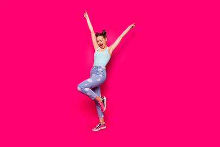 Photo pour Full length photo of pretty teen shouting closing eyes isolated over fuchsia background - image libre de droit