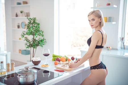 Foto de Profile side view of her she nice-looking attractive adorable stunning sporty girl making healthy fresh homemade tasty yummy dish salad in modern light white interior kitchen indoors - Imagen libre de derechos