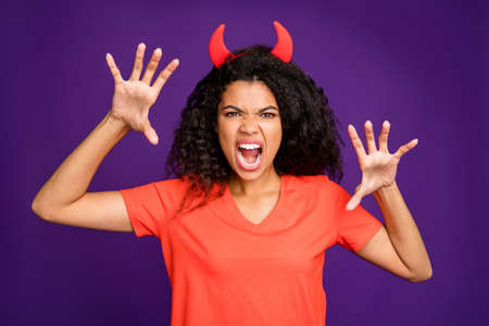 Foto de Photof of horrible terrifying mad insane occultist spooky attempting to frighten you with her frightful grimace on face roaring loudly in orange t-shirt isolated vivid violet color background - Imagen libre de derechos