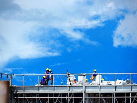 Foto de n Working on the Working at height on construction site with blue sky - Imagen libre de derechos