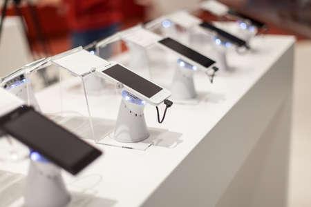 Photo pour new mobile phones in showroom - image libre de droit