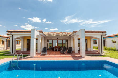 Foto de swimming pool outside luxury home - Imagen libre de derechos