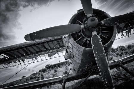 Foto de Old airplane on field in black and white - Imagen libre de derechos