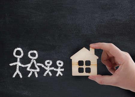 Photo pour hand holding new house for family - concept - image libre de droit