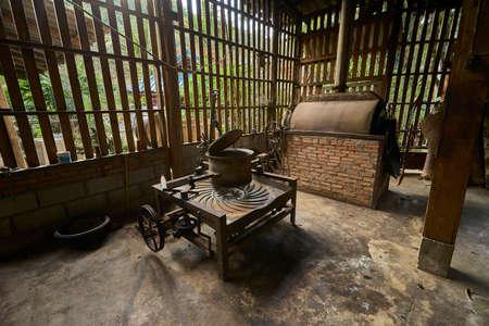 Foto de antique coffee roaster machine - Imagen libre de derechos