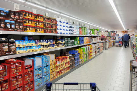 Photo pour NORDHORN, GERMANY - DECEMBER 2014:  Shelves with a variety of coffee products in a Aldi supermarket, Aldi is a leading global discount supermarket chain with over 9,000 stores in over 18 countries - image libre de droit