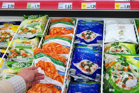 Photo pour GERMANY - DECEMBER 2015: Various Frozen Vegetables packings in a Kaufland supermarket. - image libre de droit