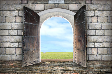 Photo pour Beautiful view from arched passage.  Opening to a beautiful cloudy sky - image libre de droit