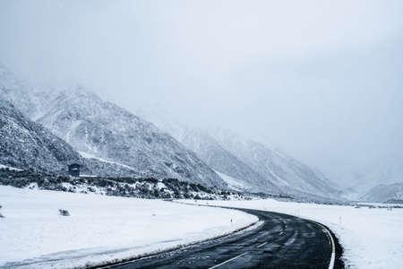 Photo pour Atphalt road in the winter with foggy condition. - image libre de droit