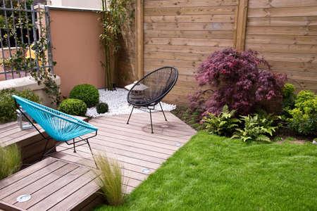 Photo pour Modern wood terrace and garden - image libre de droit