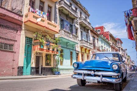Photo pour Vintage classic american car in Havana, Cuba - image libre de droit
