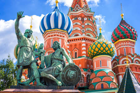 Photo pour Monument to Minin and Pozharsky and St Basil's cathedral on Red Square, Moscow, Russia - image libre de droit