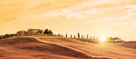 Photo pour Beautiful typical panorama landscape of Tuscany at sunset, Italy - image libre de droit