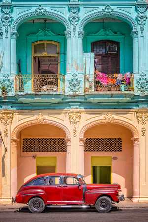 Photo pour Classic vintage car and colorful colonial buildings in Old Havana, Cuba - image libre de droit