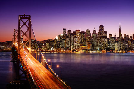 Foto de San Francisco skyline and Bay Bridge at sunset, California - Imagen libre de derechos