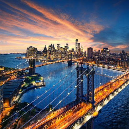 Photo pour New York City - beautiful sunset over manhattan with manhattan and brooklyn bridge - image libre de droit