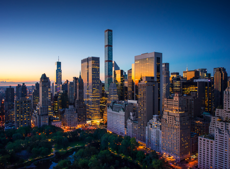Foto de New York city - amazing sunrise over central park and upper east side manhattan - Birds Eye  - Imagen libre de derechos