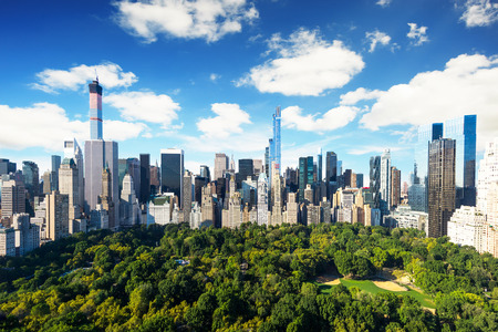 Foto de New York City - central park view to manhattan with park at sunny day - amazing birds view - Imagen libre de derechos