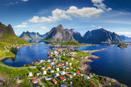Foto de Reine, Lofoten, Norway. The village of Reine under a sunny, blue sky, with the typical rorbu houses. View from the top - Imagen libre de derechos