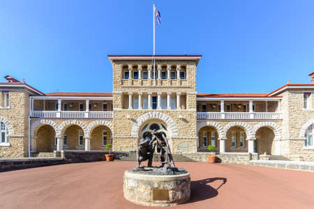 Photo pour Perth Mint building, one of three branches as part of the Royal Australian Mint. Limestone building built in 1899. Facade with a statue of prospectors striking gold. - image libre de droit