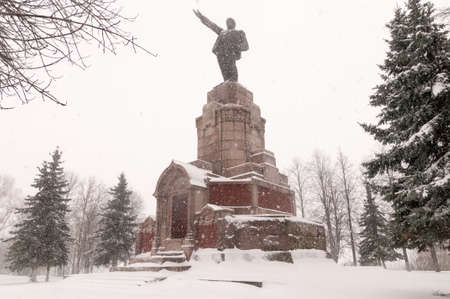 Photo pour Lenin Monument in Kostroma, Russia in the winter along the Golden Circle. - image libre de droit