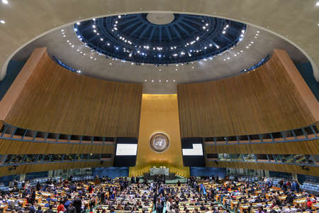 Foto de New York City - February 14, 2018: United Nations General Assembly Hall in Manhattan, New York City. The General Assembly Hall is the largest room in the UN with seating capacity over 1,800 people. - Imagen libre de derechos
