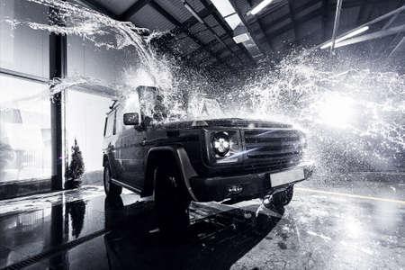 Foto de SUV car at the carwash - Imagen libre de derechos