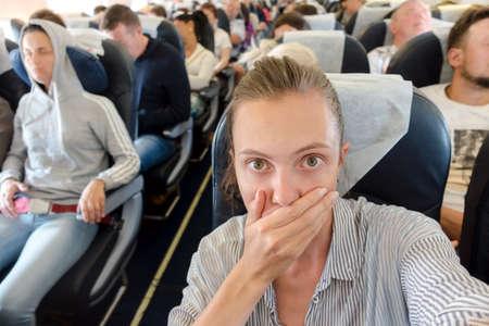 Foto de Scared woman in airplane - Imagen libre de derechos