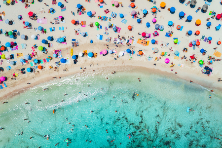 Foto de Aerial view of sandy beach with colorful umbrellas, swimming people in sea bay with transparent blue water in sunny morning in summer. Travel in Mallorca, Balearic islands, Spain. Top view. Landscape - Imagen libre de derechos