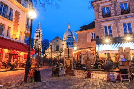 Foto de Beautiful evening view of the Place du Tertre and the Sacre-Coeur in Paris, France - Imagen libre de derechos